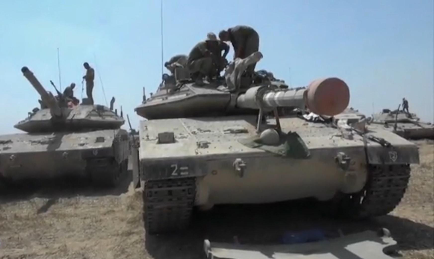 טנק ישראלי בגבול הרצועה במהלך מבצע צוק איתן (צילום מסך: יוטיוב)